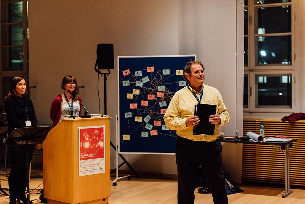 """Michaela Wandl, Iris Winter und Harald Huber; im Hintergrund das symbolische """"PopNet Austria"""" ©Daniel Willinger Photographie"""