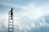 Mann auf Leiter zwischen Wolken