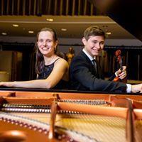 Sophie Druml und Maxim Tzekov in einem Konzertsaal bei einem geöffneten Flügel sitzend