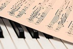 Notenblatt auf Klaviertastatur