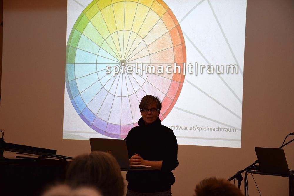 Foto: Gerda Müller während sie etwas Vorträgt