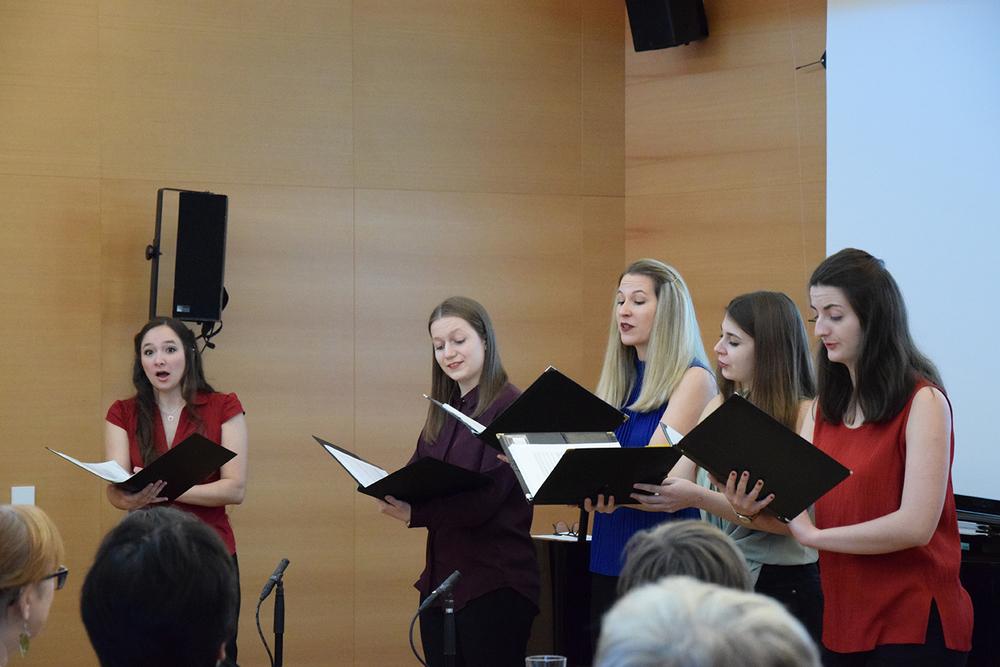 """Studentinnen des Antonio Salieri Instituts für Gesang und Stimmforschung in der Musikpädagogik singen Franz Schuberts Ständchen """"Zögernd leise"""" op. posth. 135 D 921"""