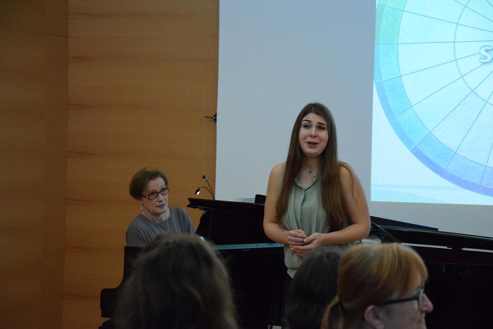 Foto: Hannah Fheodoroff singt, während Viktoria Grois hinter ihr am Piano sitzt und spielt