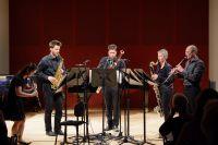 Bild von der Bühne: Fünf MusikerInnen stehen mit einer Klarinette, einem Saxophon, einem Fagott, einer Bassklarinette und einer Oboe auf der Bühne