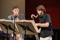 Bild von der Bühne: Zwei Musiker stehen auf der Bühne und Musizieren