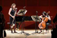 Bild von der Bühne: Zwei Musikerinnen stehen mit einer Bassklarinette und einem Cello auf der Bühne