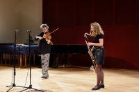 Bild von der Bühne: Zwei Musikerinnen stehen mit Geige und Bassklarinette auf der Bühne