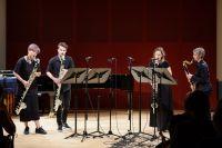 Bild von der Bühne: Vier MusikerInnen stehen mit einer Bassklarinette auf der Bühne