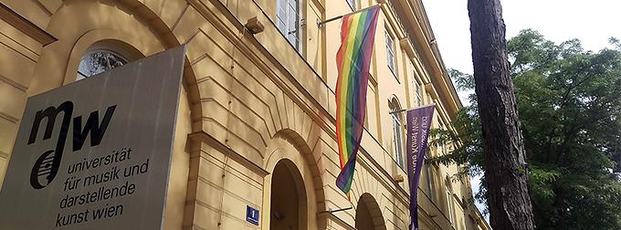 Die Regenbogenfahne weht beim Eingang der mdw während der Vienna Pride Wochen