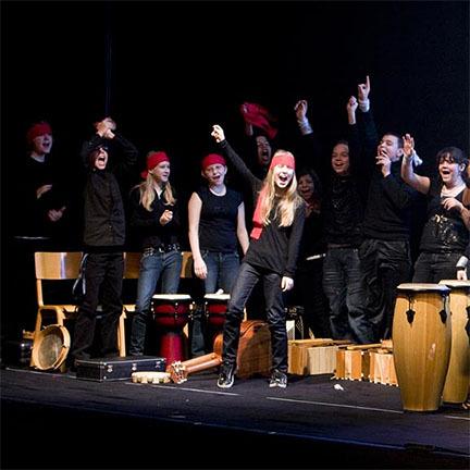Jugendliche auf einer Bühne mit elementaren Instrumenten