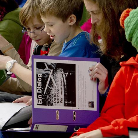 Kinder lesen zusammen
