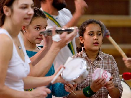Jugendliche musizieren mit unterschiedlichen perkussiven Instrumenten