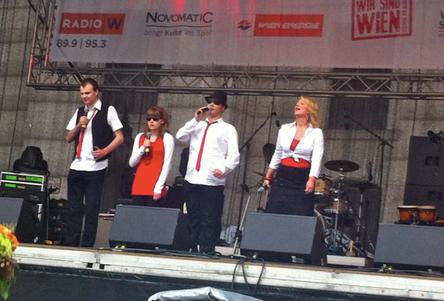 Vier Sänger_innen auf der Bühne