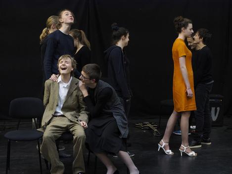 Jugendliche schauspielern auf der Bühne