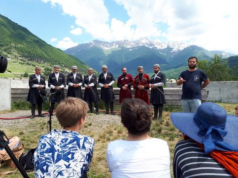 Levan Bitarovi führt durch das Konzert des Ensembles Riho in Mestia (Swanetien) Foto: Ulrich Morgenstern