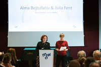 Alma Bejtullahu & Julia Fent am Redner_innenpult