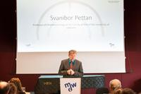 Svanibor Pettan am Redner_innenpult