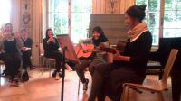 Zusammenklänge Gitarreschülerin beimAbschlusskonzert.jpg