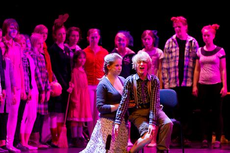Der gläserne Birnbaum 2011 - Hans und Grete singen ein Duett, die Kinder im Hintergrund bilden die Wände eines Hauses