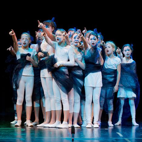 Der gläserne Birnbaum 2011 - weißgekleidete Kinder mit blauen Haaren - Nixen - stehen eng gedrängt auf der blauen Bühne