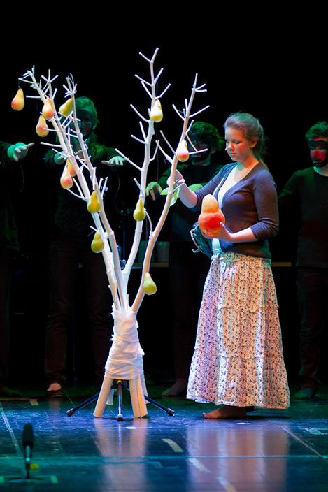 Der gläserne Birnbaum 2011 - Grete steht alleine mit der Zauberbirne vor dem Wunderbaum
