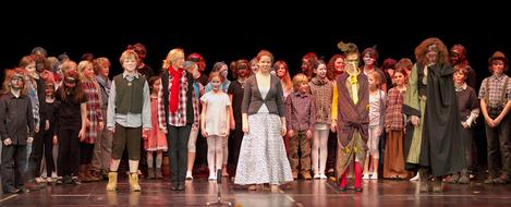 Der gläserne Birnbaum 2011 - Hans, Grete und der Vogel Zaza bejubeln ihren Sieg - alle Kinder freuen sich mit ihnen