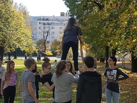 Akrobatik auf dem mdw-Campus. Kinder bilden Menschenpyramide. Probenwochenende 2017