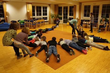 Abendprogramm beim Flacklwirt 2014 - Kinder und Betreuer auf dem Boden