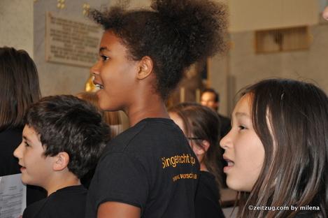 Vocumenta 2014 in der Otto Wagner Kirche am Steinhof - lächelde Mädchen im Jugendstil-Kirchenraum