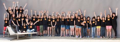 Gruppenfoto Kinderchor 2016 - die Kinder strecken fröhlich die Hände in die Luft