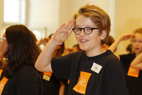 Probe für CARMEN 2018 - Junge im ChorTShirt salutiert