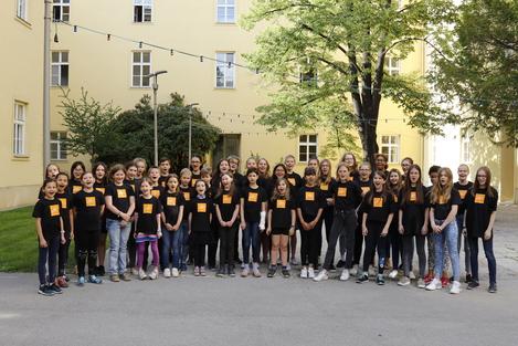 Gruppenfoto 2018 - Kinder im Hof des Hauptgebäudes der mdw