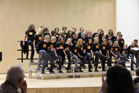 Hamburg 2011 - die Kinder singen und tanzen auf der Bühne in der Musikschule Hamburg