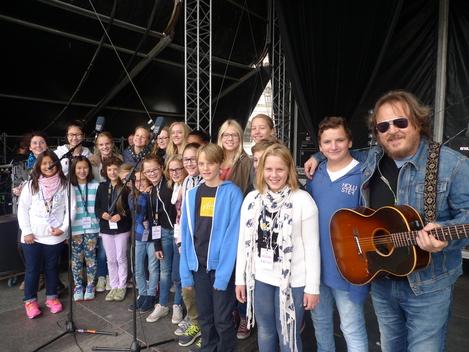 Concert for Refugies 2015 - Kinderchor auf der Open Air Bühne auf dem Heldenplatz in Wien gemeinsam mit Zucchero
