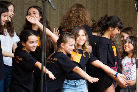 Campusfest 2018 - sehr aktive Kinder zeigen auf das Publikum