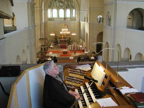 Karl Schütz an der Orgel in St. Anton zu Padua.